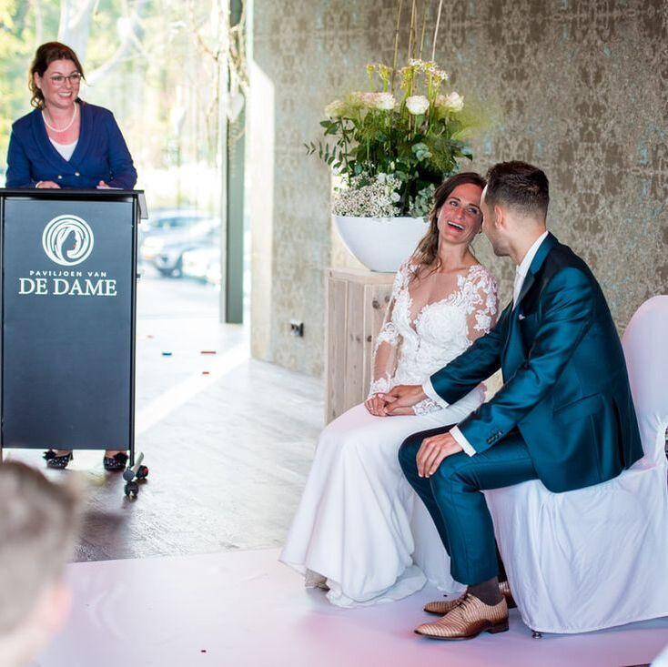 een lachend bruidspaar bij het paviljoen van de dame de trouwplechtigheid werd verzorgd door esther aalberts kalma van trouw met liefde 4
